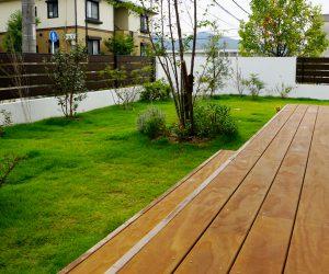 大きなデッキと気持ちの良い庭の空間