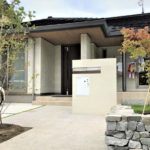 上田市の外構工事「天然素材の庭が映える平屋の家」