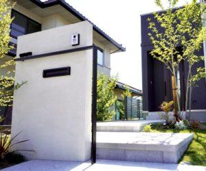 高低差のあるステップ階段アプローチ モダン塗り壁門柱